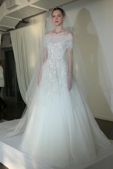 f4996e9426eda عروس Marchesa لخريف 2016 فائقة الأناقة والرقي، تكمّل فستانها المنمّق  بأكسسوار رأس ماسيّ يحاكي ذوقها الرفيع.