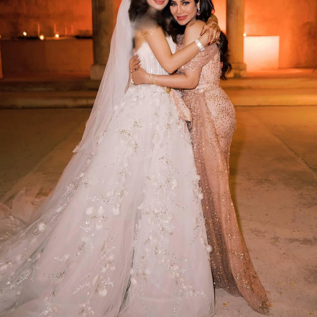 ab21082b5c1a6 لجين عمران في حفل زفاف إبنتها جيلان  إطلالة تجمع بين الأنوثة والأناقة