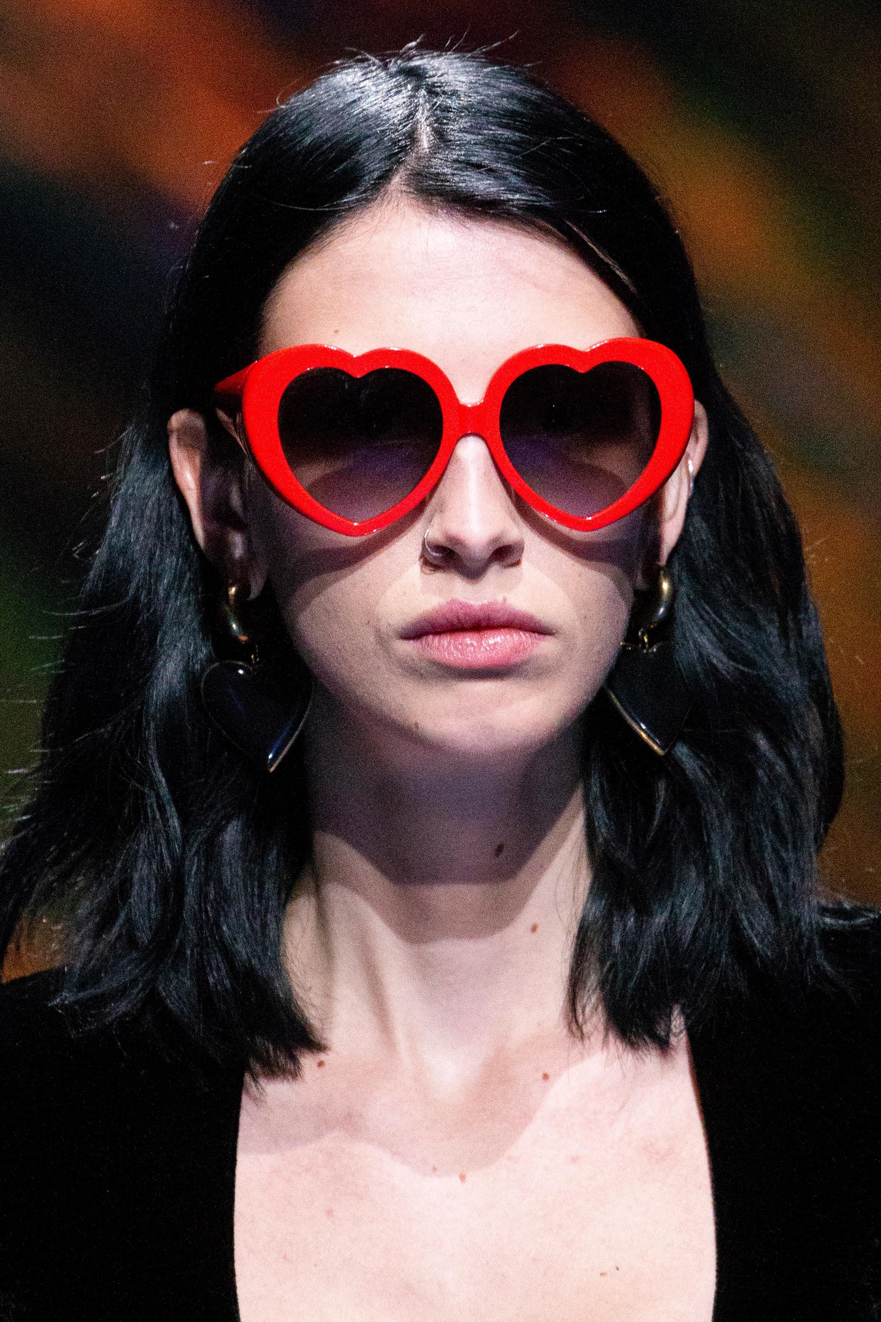 ce623a185 زيّني إطلالاتكِ بالنظارات الشمسية على شكل قلب هذا الصيف!